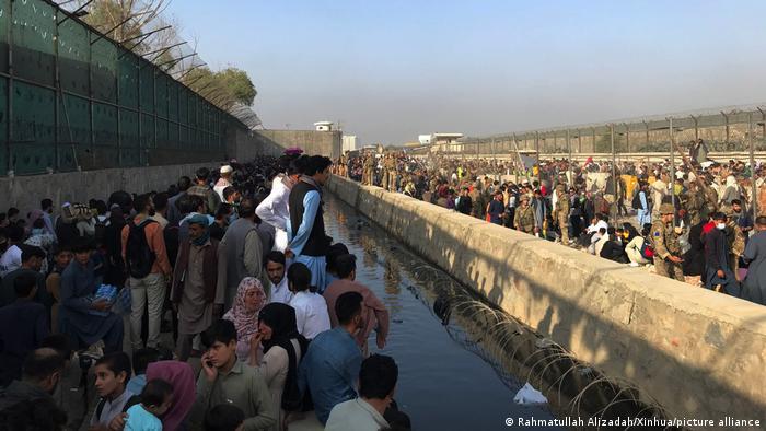 Афганцы ждут эвакуации у аэропорта Кабула, 22 августа 2021 года