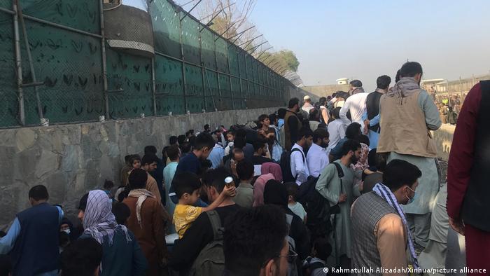 Afghanistan Kabul | Flüchtlinge warten vor dem Flughafen