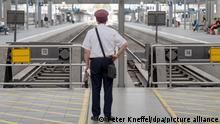 22.08.2021 Ein Bahnmitarbeiter steht am Hauptbahnhof vor leeren Bahngleisen. Die Gewerkschaft Deutscher Lokomotivführer (GDL) hat ihre Mitglieder zum Streik bei der Deutschen Bahn AG (DB) im Personenverkehr am Montag und Dienstag aufgerufen.