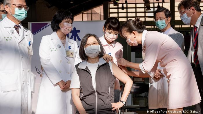 Taiwan   Präsidentin Tsai Ing-Wen bekommt erste Coronaimpfung mit Medigen