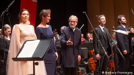 Dirigent Jordi Savall (Mitte) und Solisten nach der Aufführung der Neunten von Beethoven