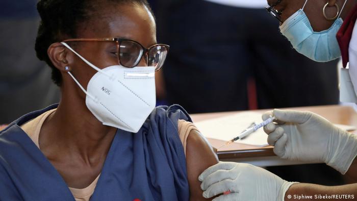 Corona-Impfung einer Frau in einem Krankenhaus im südafrikanischen Soweto