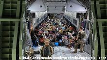 Geflüchtete sitzen in einem Airbus A400M der Bundeswehr. Die Bundeswehr hat weitere deutsche Staatsbürger und afghanische Ortskräfte aus Kabul evakuiert. +++ dpa-Bildfunk +++