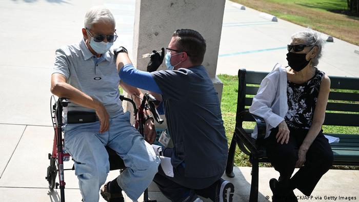 Медичний працівник робить щеплення від коронавірусу у клініці в Пасадені у США