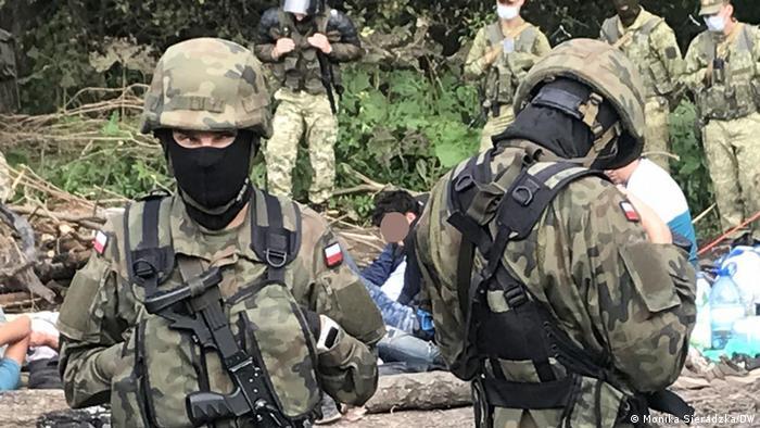 На границе Польши и Беларуси - беженцы из Афганистана, а также польские и белорусские военные