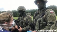 Ärztin Paulina Bownik versucht, Medikamente der Migrantengruppe an der polnisch-belarussischen Grenze zu überreichen. Usnarz Gorny, Nordosten Polens, 21.08.2021