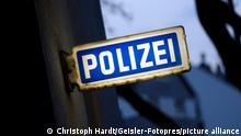 Ein Schild POLIZEI an einer Polizeiwache in der Innenstadt. (Themenbild, Symbolbild) Köln, 26.04.2021