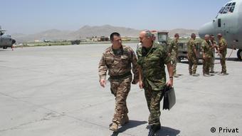 Ο Κων. Κολοκούρης (αριστερά) στο αεροδρόμιο της Καμπούλ μαζί με τον τότε Ταξίαρχο Ιωάννη Ντούνη