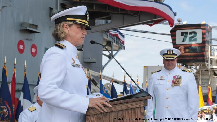 Эми Бауэрншмидт на церемонии вступления в должность командира атомного авианосца Abraham Lincoln