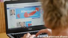 Illustration - Eine junge Frau informiert sich auf Facebook über eine politische Partei, aufgenommen am 18.04.2017 in Osterode. Foto: Frank May/picture alliance