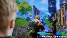Ein Junge spielt das Videospiel Fortnite
