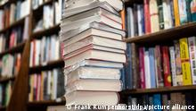 Ein Stapel neuer Bücher liegt auf einem Verkaufstisch in einer Buchhandlung im Stadtteil Bornheim. Was sind die preisverdächtigsten Romane des Jahres? Am 24.08.2021 wird bekanntgegeben, welche Titel Chancen auf den Deutschen Buchpreis 2021 haben. +++ dpa-Bildfunk +++