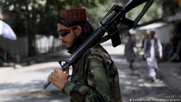 Afghanistan   Taliban-Kämpfer mit Gewehr