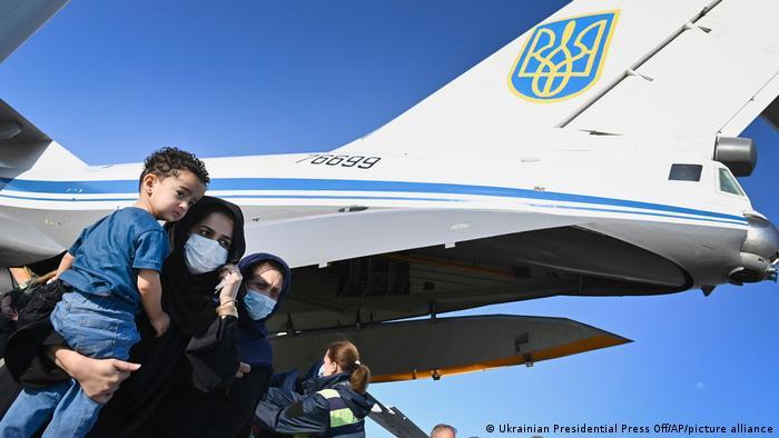 Афганцы, эвакуированные в Украину, в киевском аэропорту Борисполь