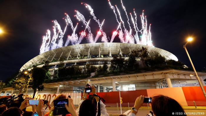Фейерверк на церемонии открытия Паралимпиады в Токио