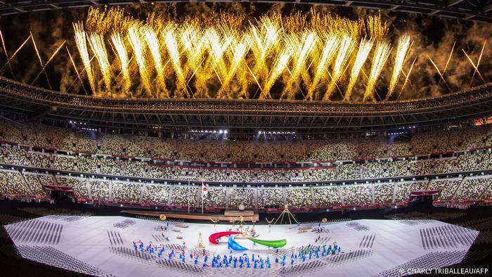 Fogos de artifício amarelos sobre o estádio da abertura dos Jogos Paralímpicos de Tóquio, que começaram no momento mais agudo da pandemia no Japão, que enfrenta recordes diários de casos e sobrecarga do sistema de saúde. Situação da covid-19 é muito pior do que quando o país recebeu os Jogos Olímpicos, no mês anterior. Cerca de 4 mil atletas e 12 mil membros de delegações de todo o mundo participam dos Jogos, que ocorrem sem a presença de público. (24/08)