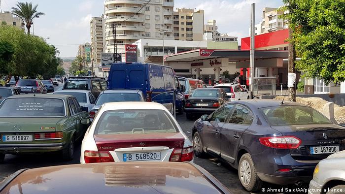 آنهایی که در لبنان بنزین نداشته باشند، سر کار هم نمیتوانند بروند. در این کشور بهغیر از شماری اتوبوس، شبکه حمل نقل عمومی وجود ندارد.
