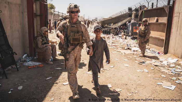 Afghanistan Kabul | US-Soldat mit Kind