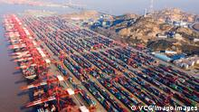 01.01.2020 SHANGHAI, CHINA - JANUARY 01: Aerial view of shipping containers sitting stacked at Yangshan Deepwater Port at sunrise on New Year s Day on January 1, 2021 in Shanghai, China. PUBLICATIONxINxGERxSUIxAUTxHUNxONLY Copyright: xVCGx CFP111312474801