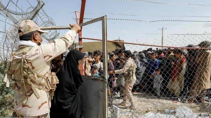 با آغاز فروپاشی دولت مرکزی در افغانستان بسیاری از شهروندان افغان این کشور را به مقاصد مختلف ترک کردند. آنانی که گذرنامه، ویزا و امکانات مالی داشتند از طریق مرزهای هوایی خارج شده و بسیاری به مشهد رفتند. بسیاری نیز در روزهای اخیر تلاش کردند به صورت غیر قانونی از مرز وارد خاک ایران شوند که توسط نیروهای مرزی جمعآوری شدند.