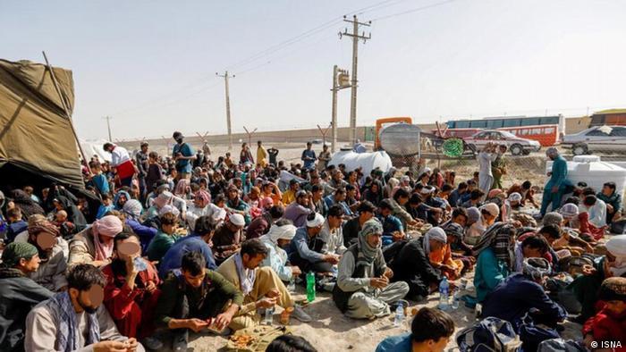 شبهنظامیان طالبان بر شدت برخورد با شهروندان خواستار مهاجرت در اطراف فرودگاه کابل افزودهاند و تاکید میکنند که عملیات تخلیه نیروهای خارجی و همکاران محلی آنها باید طبق توافق با آمریکا در روز سهشنبه ۳۱ اوت خاتمه یابد. ناظران معتقدند با بسته شدن فرودگاه کابل فشار برای خروج در مزهای زمینی افزایش خواهد یافت.