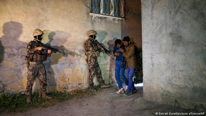 پلیس در شهر مرزی وان ۲۵ مهاجر را که اکثرشان افغان بودند، در یک ساختمان متروکه گرفتار کرد. آنها گفتهاند که بعد از روزها پیادهروی خود را به ترکیه رساندهاند. مقامات ترک گفتهاند افرادی که در امتداد مرز بازداشت شوند به سمت ایرانی مرز فرستاده خواهند شد.