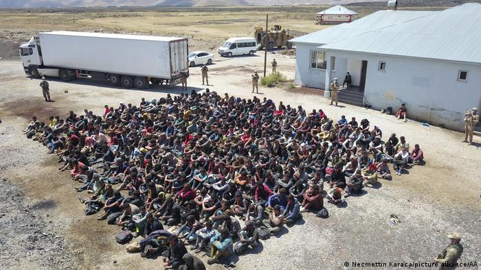 ترکیه از ماهها پیش با سرعت بخشیدن به احداث دیوار مرزی به رویدادهای افغانستان واکنش نشان داد. با این حال این کشور نیز در مرزهای شرقی خود شاهد ورود روزافزون پناهجویان افغان است.