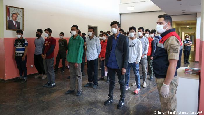 پناهجویان افغان بعداً به مرکز بازگشت در شهر وان در شرق ترکیه منتقل میشوند و میتوانند پیش از این که به کشورشان بازگشت داده شوند تا ۱۲ ماه در آنجا بمانند. فعلاً بازگشت دادن این پناهجویان به افغانستان متوقف شده است و حدود ۷۵۰۰ تن در این مراکز نگهداری میشوند.