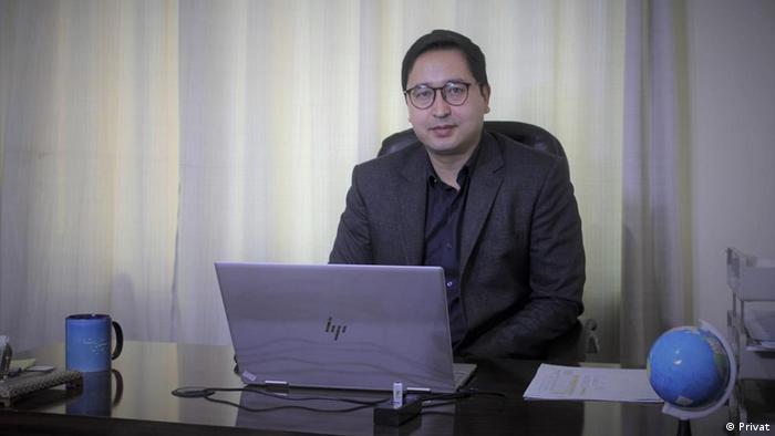 Abdul Ghafoor im Büro vor seinem Laptop