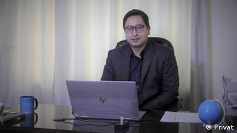 Абдул Джафар в своем бюро в Кабуле