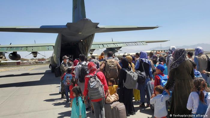 تصویر از آرشیف: جریان عملیات تخلیه در میدان هوایی کابل