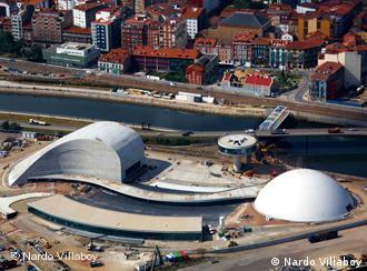 Prédios formam uma praça, diz Niemeyer