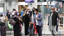 Deutschland Frankfurt | afghanische Flüchtlinge am Flughafen in Frankfurt