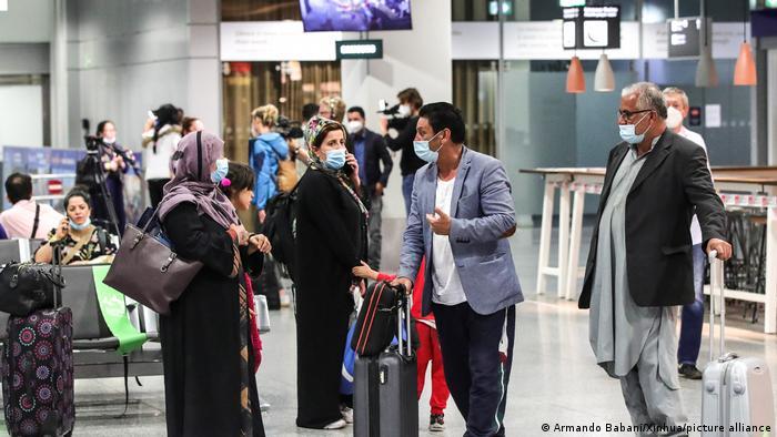 لاجئون أفغان يضلون إلى مطار فرانكفورت في ألمانيا - صورة بتاريخ 20 أغسطس/ آب 2021
