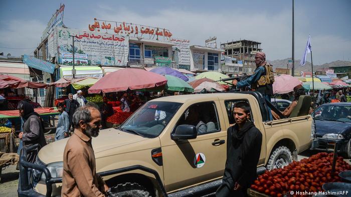 پس از دو دهه درگیری، نیروهای طالبان بالاخره پس از خروج نیروهای آمریکا، آلمان و سایر کشورها کنترل افغانستان را به دست گرفتند. این تصویر گشتزنی نفرات طالبان در یک بازار را بعد از گرفتن دوباره قدرت نشان میدهد.