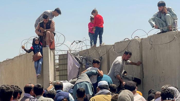 هزاران نفر در ۱۶ اوت و روزهای بعد از آن به امید ترک افغانستان به فرودگاه بینالمللی حامد کرزی در کابل هجوم آوردند. از آن روزها صحنههای غمانگیزی در تصاویر و خاطرات به جا مانده است.