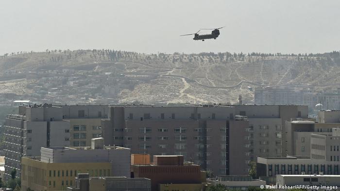 در حالی که طالبان حمله به پایتخت افغانستان را آغاز کرد. هلیکوپترهای نظامی شینوک آمریکایی در ۱۵ اوت ۲۰۲۱ بر فراز سفارت آمریکا در کابل به پرواز درآمدند. صدها نفر از کارکنان سفارت از این طریق منتقل شدند.