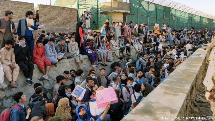 Gran cantidad de gente espera en el aeropuerto de Kabul.