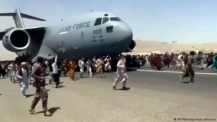 صدها نفر در هراس از نزدیکتر شدن طالبان به سوی باند پرواز هجوم آورده و برخی از آنها به قسمتهای بیرونی هواپیما آویختند، اما بعد از بلند شدن هواپیما به پایین پرتاب شده و جان خود را از دست دادند.