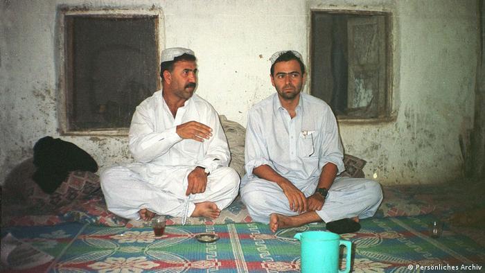Lourival Sant'Anna com seu intérprete Iqbal Afridi, em Spin Boldak, na província afegã de Kandahar, em outubro de 2001