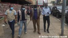 """Vier Journalisten, die vor Gericht in Angola stehen. Von links nach rechts: Escrivão José (Zeitung """"Hora H""""), Coque Mukuta (VOA), Lucas Pedro (Club-k) und Jorge Neto (""""Manchete"""")."""