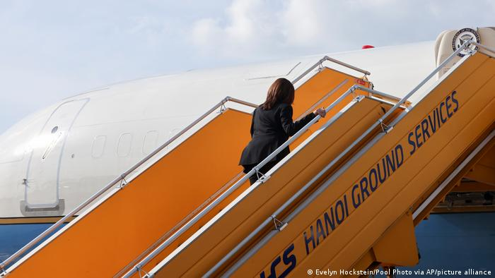 Zum Ende ihrer Reise besteigt Kamala Harris die Air Force Two in Hanoi