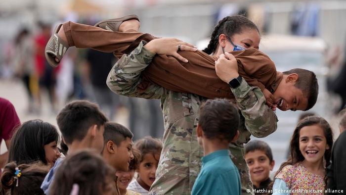 در پایگاه هوایی آمریکا در رامشتاین بسیاری از سربازان آمریکایی وظیفه اسکان کودکان افغان و مراقبت از آنها را بر عهده گرفتهاند. سهشنبه ۲۴ اوت سال ۲۰۲۱.