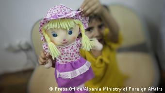 Ребенок из семьи афганцев, вынужденных покинуть родину