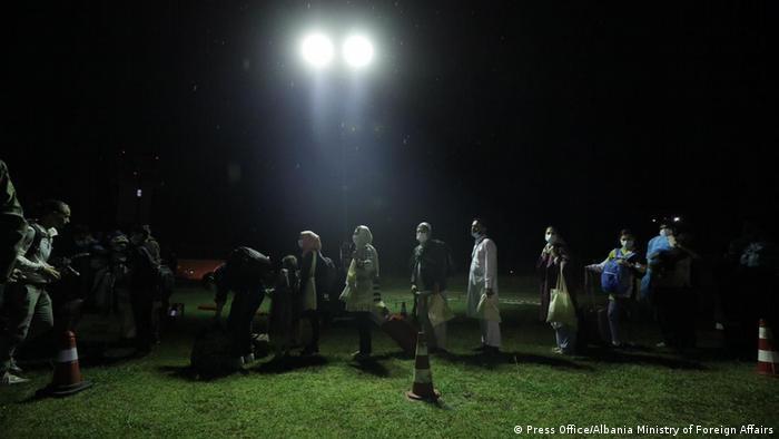 Albanien Tirana   Ankunft Afghanischer Flüchtlinge am Flughafen