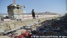 27.08.2021+++ A Taliban fighter stands guard at the site of the August 26 twin suicide bombs, which killed scores of people including 13 US troops, at Kabul airport on August 27, 2021. (Photo by WAKIL KOHSAR / AFP) (Photo by WAKIL KOHSAR/AFP via Getty Images)