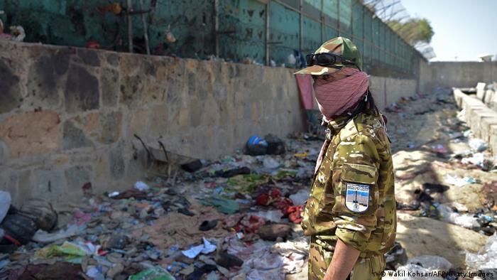 Miliciano talibán monta guardia en la zona del atentado.