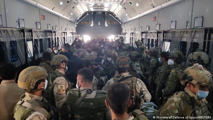 جنود إسبان في آخر طائرتي إجلاء إسبانيتين الجمعة (28 أغسطس/ آب 2021).