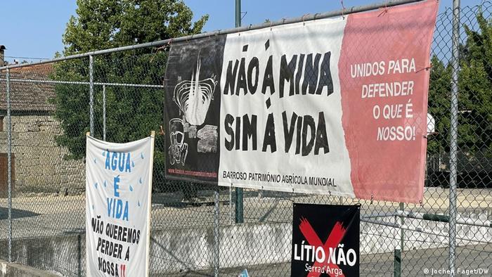 Anti-mine banners in Covas do Barroso