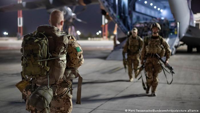 Fallschirmjäger der Bundeswehr auf einem Rollfeld in Taschkent